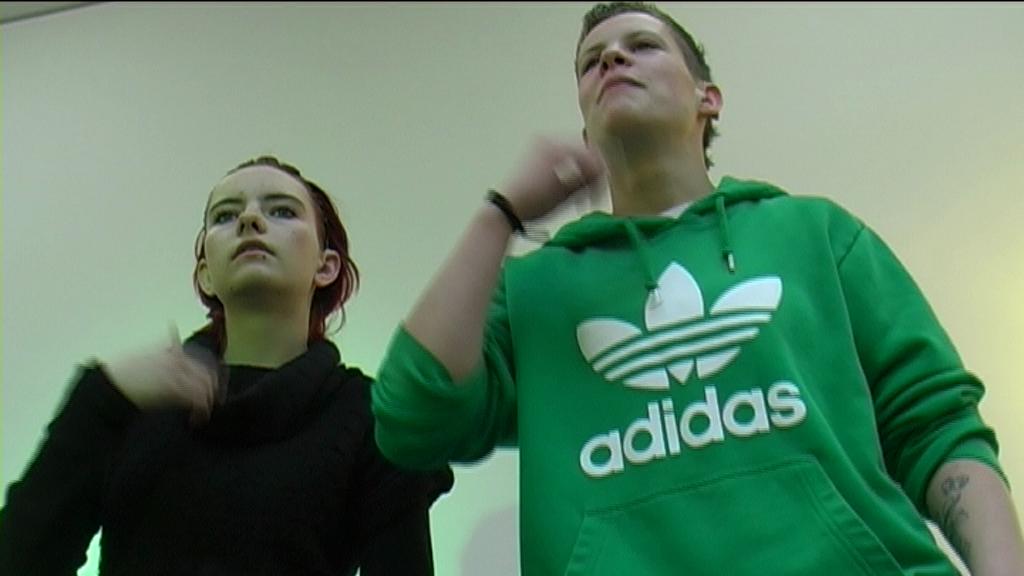 Zwei Schülerinnen vor einer weißen Wand