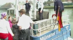 Polizeiboot mit Polizisten