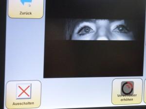 Blick auf einen Monitor- in einem kleinem Fenster erfasst eine Kamera die Bewegung der Pupillen