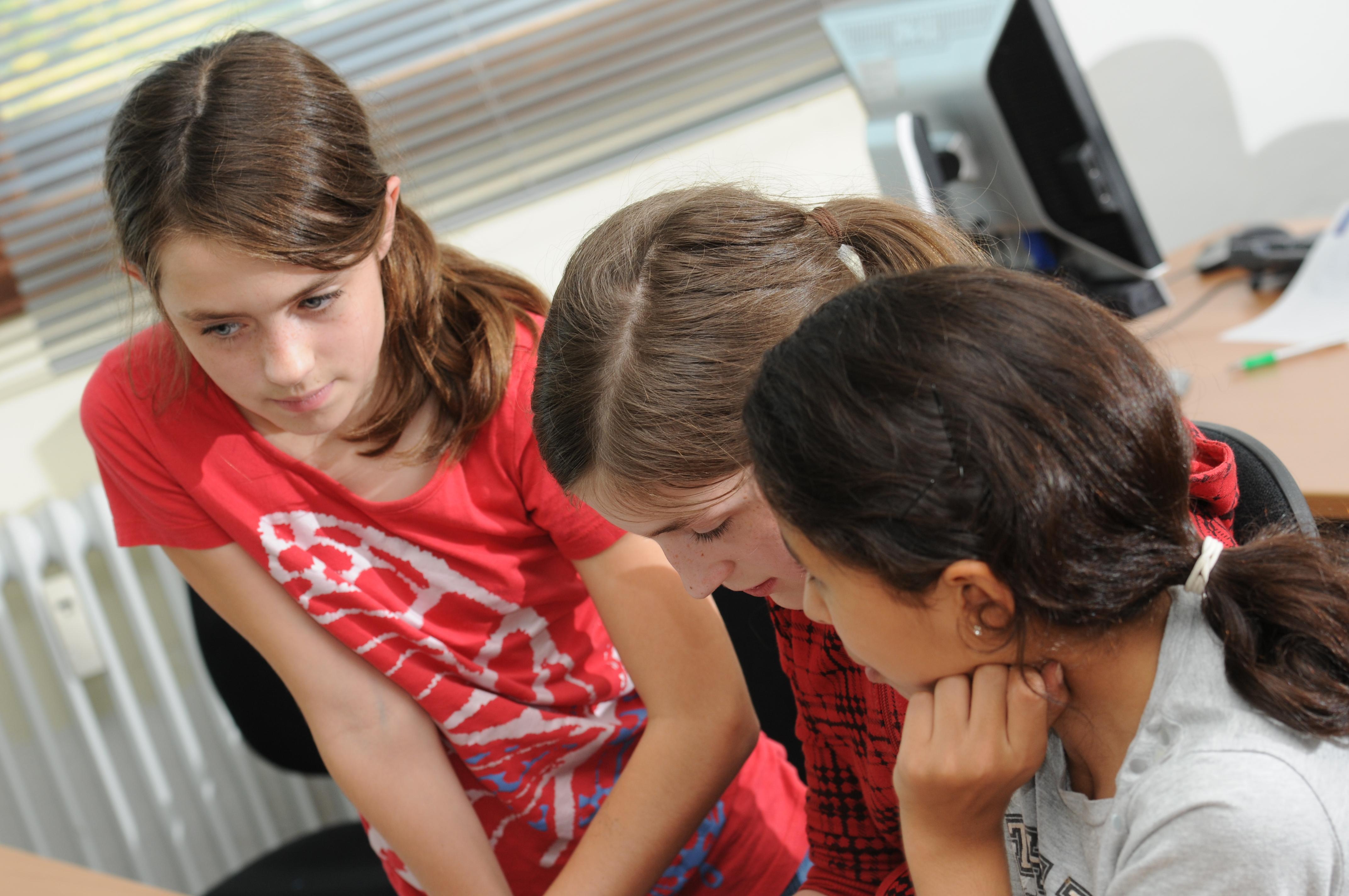 Drei Mädchen während eines Spiels