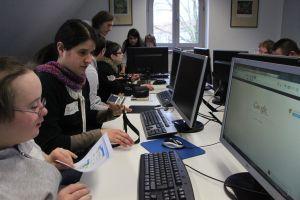 Blogprojekt-Teilnehmende im Computerraum