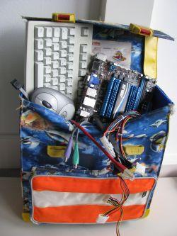 Ranzen mit PC-Teilen gefüllt