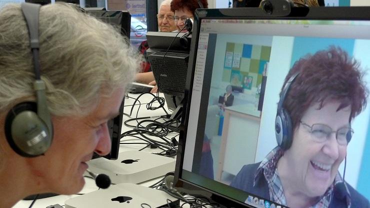 Frauen beim Skypen im PIKSL Labor