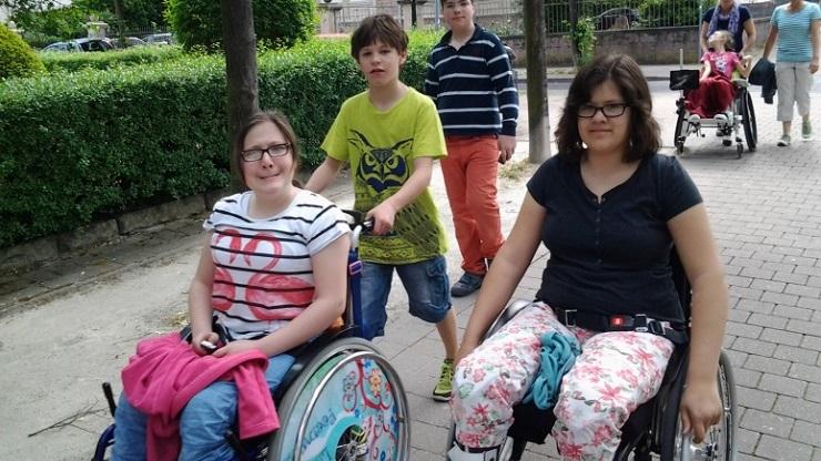 Kinder mit und ohne Rollstuhl