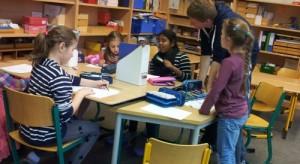 Schülerinnen und Schüler in einem Klassenraum