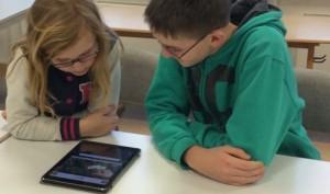 Eine Junge und ein Mädchen am iPad
