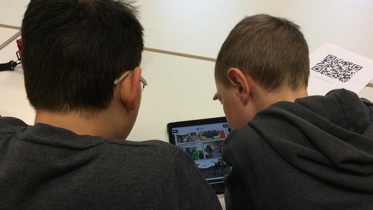 zwei Jungen über einem Tablet
