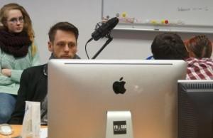 Teilnehmende eines Audiodeskriptionsprojekts vor dem Rechner