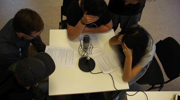 Jugendliche bei einer Hörspielaufnahme