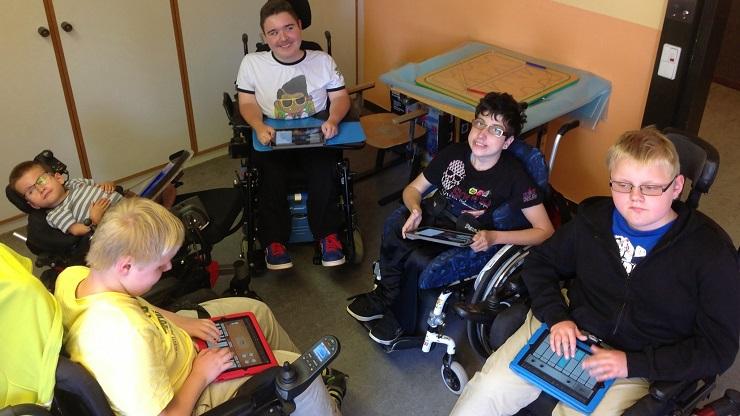 Kinder mit Behinderung musizieren mit iPads