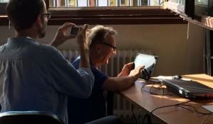 Ein Mann fotografiert einen Mann, der mit dem iPad filmt