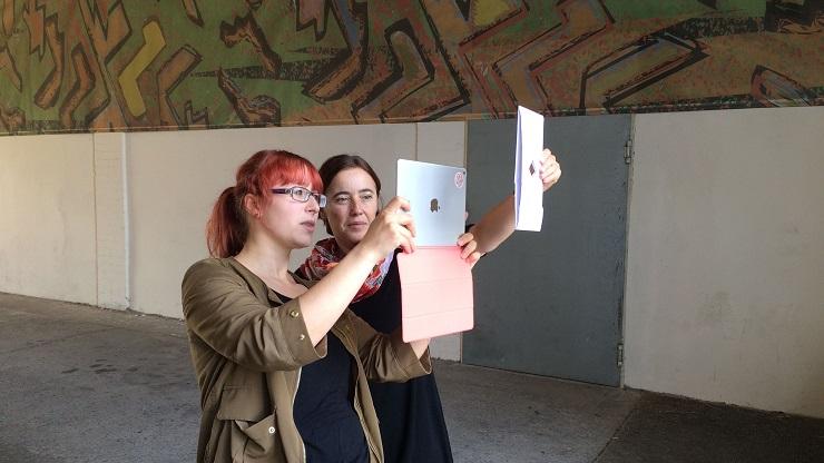 Zwei Frauen filmen mit iPads
