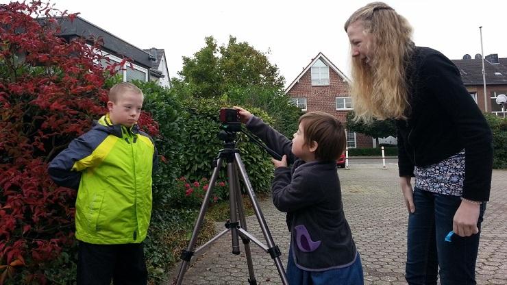 Kleines Mädchen filmt Jungen mit Down Syndrom