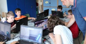 Kindergruppe vor Laptops