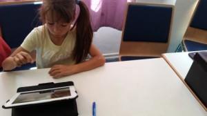 Mädchen vor einem Tablet
