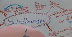 Plakat mit Notizen zur Handynutzung in Schulen.