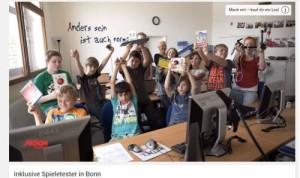 Kinder im Seminarraum von barrierefrei kommunizieren!, sie halten unterstützende Technik in die Luft