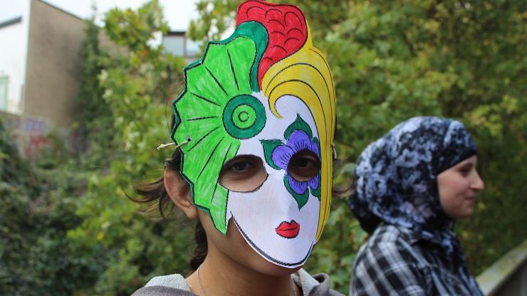 Mädchen mit Maske
