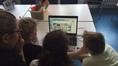 Jugendliche bearbeiten Comic am Computer
