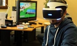 Mann mit VR-Brille vor Computerspiel