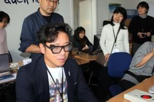 Teilnehmender der japanischen Delegation mit Sehbehinderungsimulationsbrille