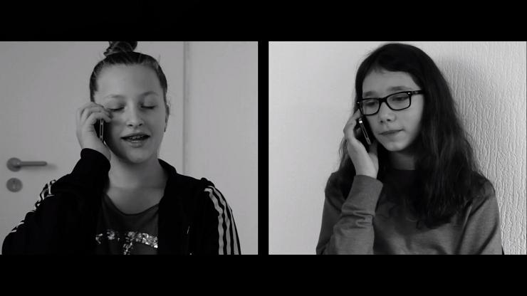 Filmausschnitt: Zwei Mädchen telefonieren miteinander