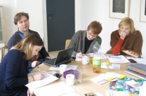 Teilnehmende des Fortbildungstags schreiben - ein blinder Teilnehmer lauscht konzentriert am Screenreader