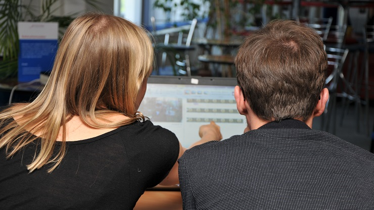 Teilnehmende einer Fortbildung zum Thema Untertitel und Audiodeskription erstellen