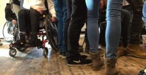 Beine und Füße auf dem Boden oder im Rollstuhl