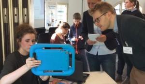 Medienpädagogin des Bennohauses zeigt Festivalbesucher etwas auf dem iPad