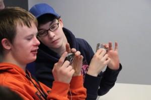 Zwei Jungen schauen auf ihre Digitalkamera