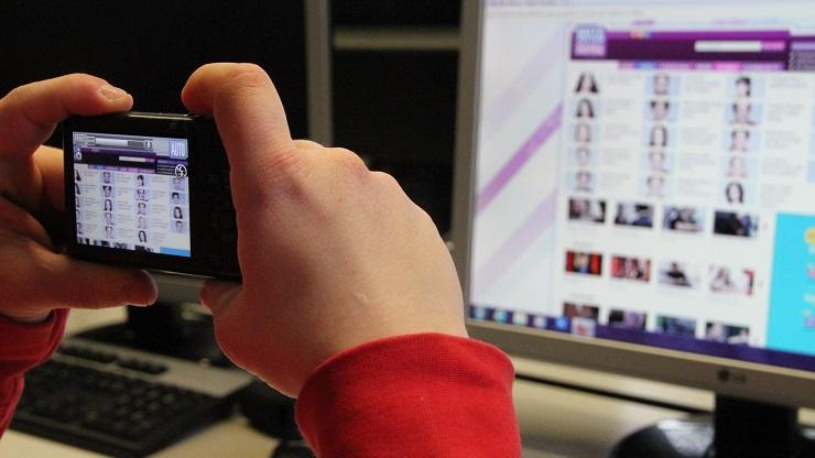 Eine Internetseite wird mit einer Digitalkamera abfotografiert