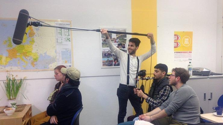 Junge Menschen bei der Filmaufnahme