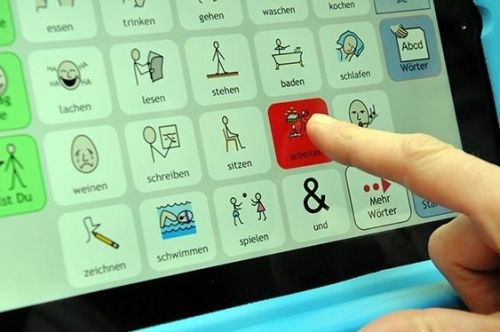 Finger berührt Icon einer Kommunikationsapp