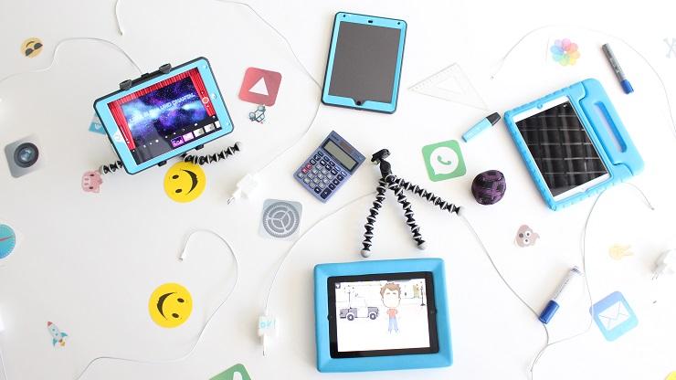 Tablets, Apps und Zubehöre vor weißem Hintergrund