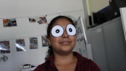 Syrisches Mädchen mit aufgeklebten Pappaugen auf ihren Augen