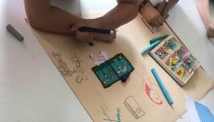 Schreibtisch mit Mal- und Bastelutensilien