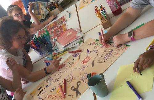 Teilnehmende des inklusiven Medienprojektwoche in der Inklusiven OT Ohmstraße beim Zeichnen
