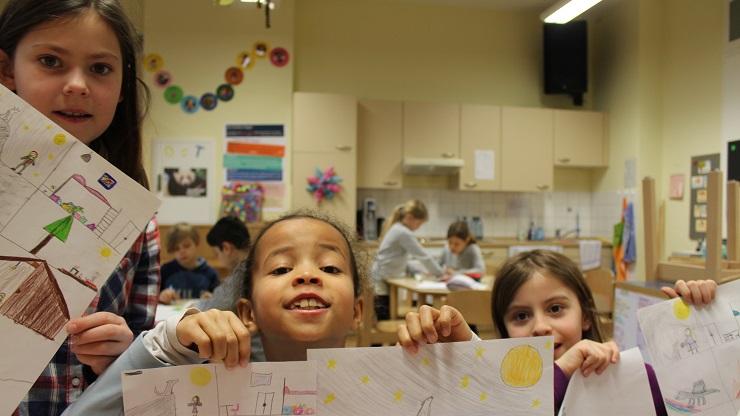 Kinder zeigen Gebasteltes