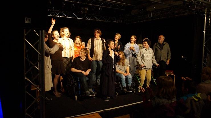 Schauspieler*innen mit und ohne Behinderung auf der Bühne