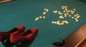 Screenshot aus einen Trickfilm über die OT Bloherfolde: zwei rote Stöckelschuhe laufen über einen Billardtisch auf dem Scrabblesteine liegen