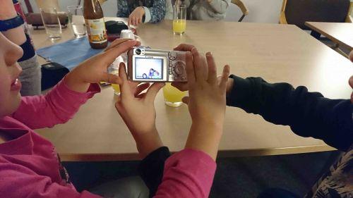 Kinder fotografieren mit einer digitalen Kamera