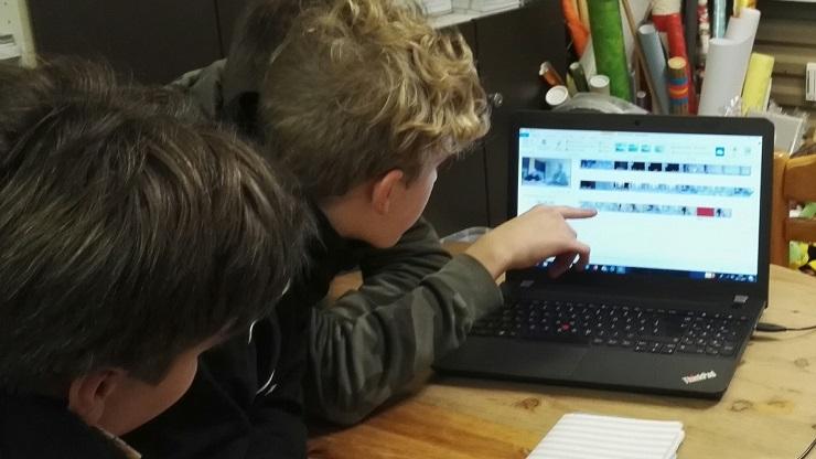 zwei Jungen beim Filmschnitt vor dem Laptop