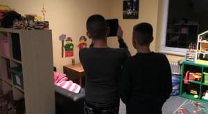 2 Jungen fotografieren mit dem iPad eine Spielecke