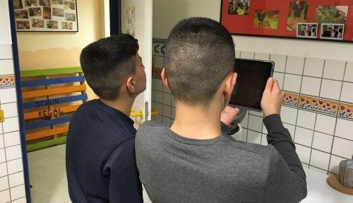 2 Jungen fotografieren im Bad des Jugendtreffs Hillerheide