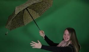 Mädchen mit Regenschirm vor Greenscreen