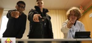 Filmausschnitt: 3 Jungen zeigen mit Zeigefinger auf imaginären Zuschauer