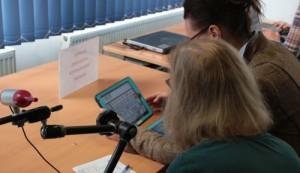 Zwei Frauen testen die UK-App Metatalk