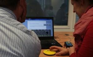 Zwei Frauen steuern den Computer mit Tastern