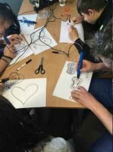 Kinder mit 3D-Druck-Stiften